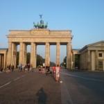 und wird durch das Brandenburger Tor getragen.